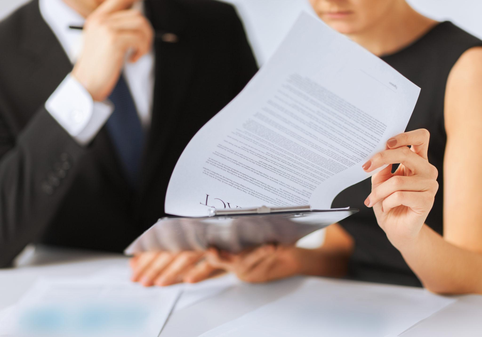 znalecký posudok, zmluva, podpis zmluvy, znalec, klient